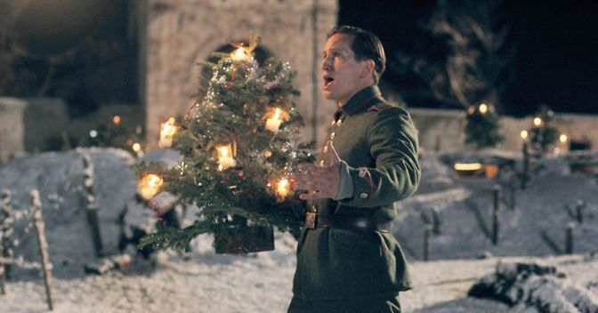 Una sequenza di «Joyeux Noël. Una verità dimenticata dalla storia» è un film del 2005 scritto e diretto da Christian Carion sulla tregua di Natale del 1914 tra tedeschi, francesi e britannici in trincea durante la Prima Guerra Mondiale