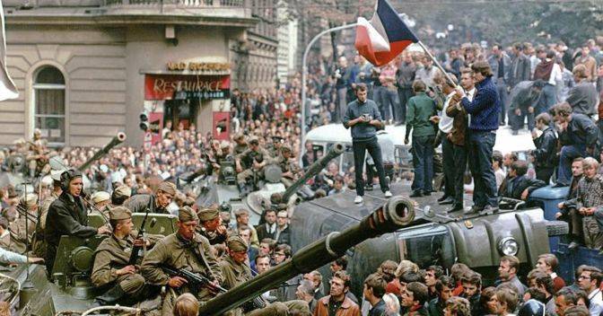 Cittadini di Praga circondano i carri armati sovietici il 21 agosto 1968