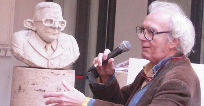 Vincino con il busto caricatura di Giulio Andreotti in una foto del 2012 (Ansa)