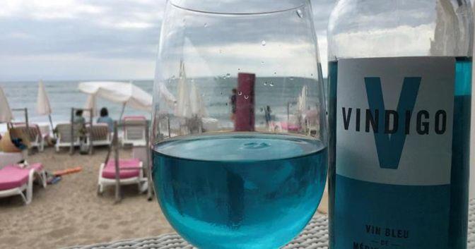 Un bicchiere del vino blu Vindigo in un ristorante a Séte (Francia) REUTERS/Antony Paone