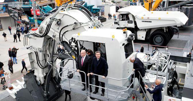 Il ministro dell'Economia Peter Altmeier con Markus Soeder, primo ministro della Baviera, alla fiera dei macchinari per costruzioni a Monaco di Baviera (Reuters)