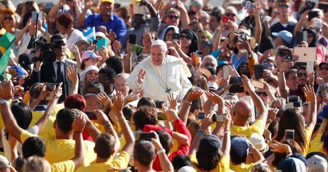 Papa Francesco fra i fedeli