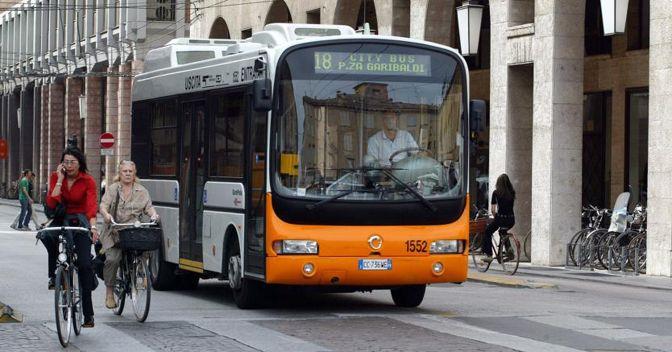 Un autobus elettrico in circolazione per le vie di Parma (Agf)