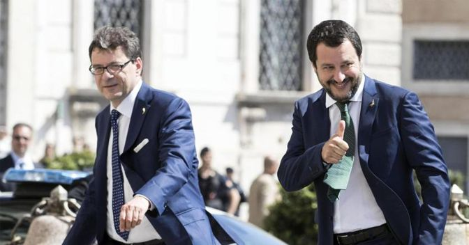 Da sinistra a destra, il sottosegretario Giancarlo Giorgetti e il vicepremier Matteo Salvini (foto Ansa)