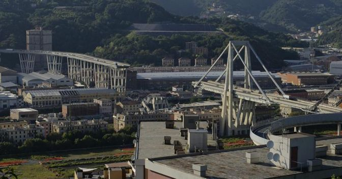 Il ponte Morandi di Genova. (ANSA/AP Photo/Alexander Zemlianichenko)