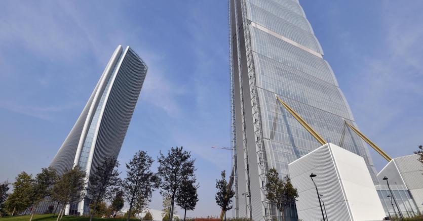 La Torre Isozaki (d), o Torre Allianz, soprannominata il Dritto, e la torre Hadid, soprannominata lo Storto e nota anche come Torre Generali, strutture del progetto CityLife (Ansa/Daniel Dal Zennaro)