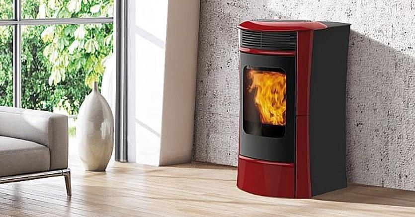 Strass di Edilkamin: termostufa a pellet che alimenta termosifoni e pannelli radianti a pavimento; può essere abbinata alla caldaia a gas oppure ai pannelli solari