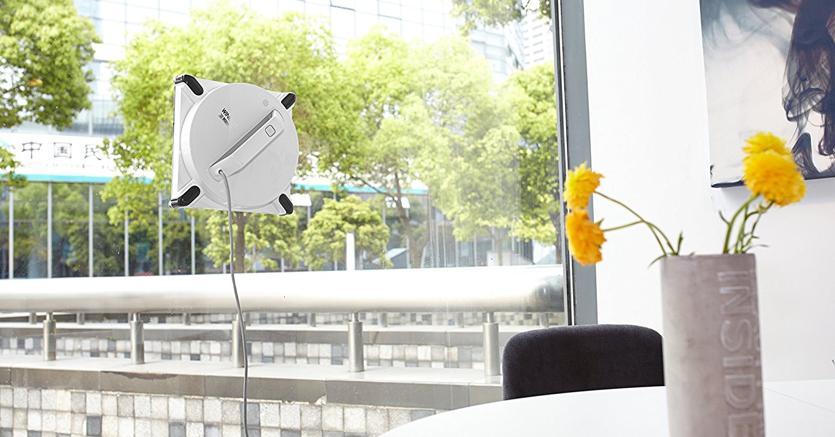 Winbot di Ecovacs, premiato al Ces  di Las Vegas, è un robot lavavetri che si muove in autonomia grazie ad una tecnologia che lo tiene aderente al vetro e che anticipa ogni possibile cedimento per evitare cadute. Invia messaggi audio e video all'utente e dkaloga con Alexa di Amazon.