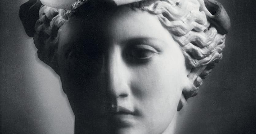 Sapienza.Mimmo Jodice, «Atena 1993». L'immagine è tratta dal volume «Anima madre 2004-2013», raccolta di poesie di Eugenio Mazzarella. I