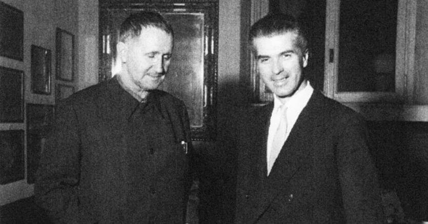 Impacciato. Bertolt Brecht accanto a Giorgio Strehler subito dopo la prima rappresentazione al Piccolo de «L'opera da tre soldi» nel 1956