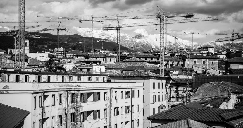 Queste immagini sono tratte da «Le mani della città» di Claudia Pajewski, una ricerca fotografica sulla comunità multiculturale degli operai dell'Aquila, oggi definita il più grande cantiere edile d'Europa. La mostra sarà visitabile durante il Festival della Partecipazione presso gli spazi dell'Asilo Occupato.