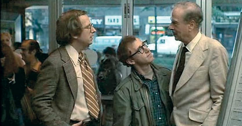 Filosofia e cinema.Marshall McLuhan (1911-1980), a sinistra, in «Io e Annie» (1977) di Woody Allen (al centro). Il massmediologo appare nel film per dare ragione a uno dei due contendenti, mentre discutono sul suo pensiero