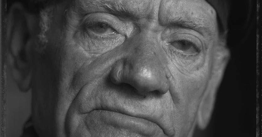 Storia dimenticata.Un minatore siciliano della Vallonia di nome Giuseppe Avanzato in un ritratto Polaroid di Fabio Caramaschi, che sarà esposto a settembre nella mostra di Fabio Caramaschi e Silvia Caracciolo «L'età del Carbone» presso l'Istituto italiano  di cultura di Bruxelles