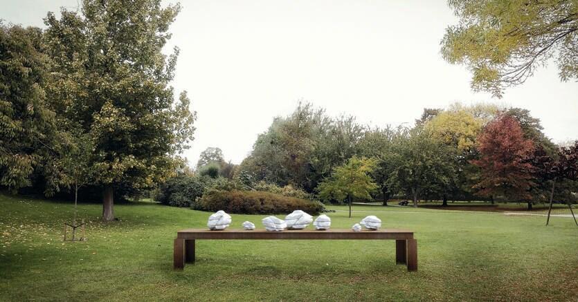 Installazione.Una delle opere installate nello Frieze Sculpture Park fino a gennaio: Diario (2016) di Mikayel Ohanjanyan. Marmo statuario, ferro, cavi d'acciaio inox.