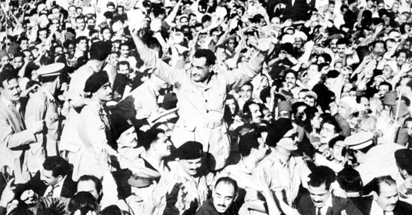 Il trionfatore. L'allora presidente egiziano Gamal Nasser, colui che uscì vittorioso dalla vicenda di Suez, circondato dai sostenitori al Cairo