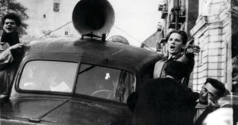 Scene dalla rivolta. Immagine fornita dall'Istituto del '56 di Budapest. Ragazzi inneggiano alla rivoluzione