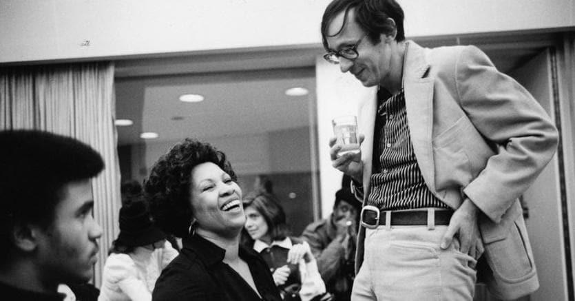 Robert Gottlieb con Toni Morrison, premio Nobel per la letteratura nel 1993, e la figlia Slade, fotografate da Jill Krementz nel 1978 al National Book Awards