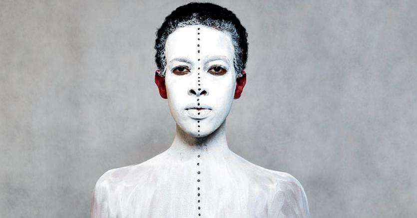 Artista. Aida Muluneh, «99 Series», 2013, ricerca ispirata al XX Canto dell'«Inferno» di Dante, girone  degli indovini. Con il volto girato all'indietro e le lacrime che scendono sulla schiena è la metafora di chi non sa leggere nei cambiamenti e si condanna a vivere nel passato