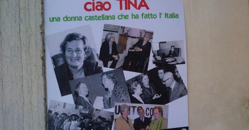 Il saluto. Manifesto a Castelfranco per l'addio a Tina Anselmi