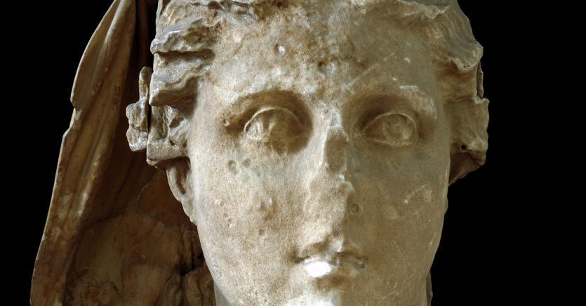 Nutrice di gioventù e terra verde. Testa di Demetra del IV secolo A. C. proeniente da Lycosura e conservato al museo nazionale archeologico di Atene
