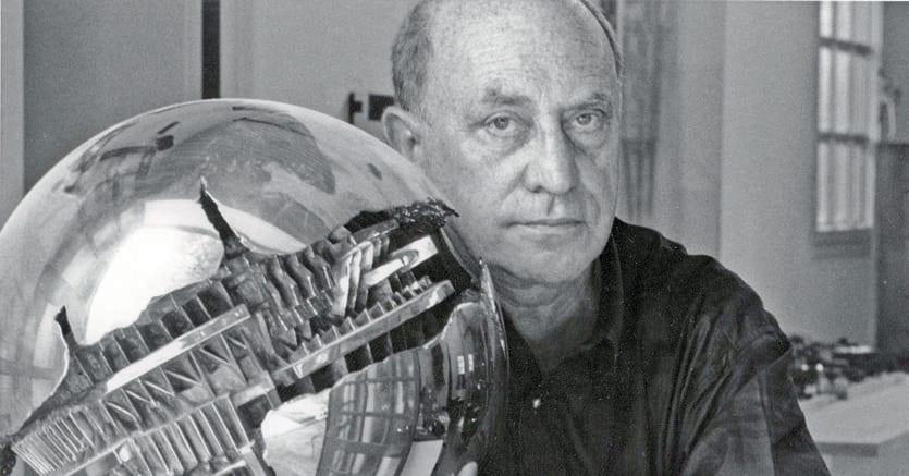 Arnaldo Pomodoro, lo scultore nello studio di via Vigevano a Milano, foto di Salvatore Galano (1992)
