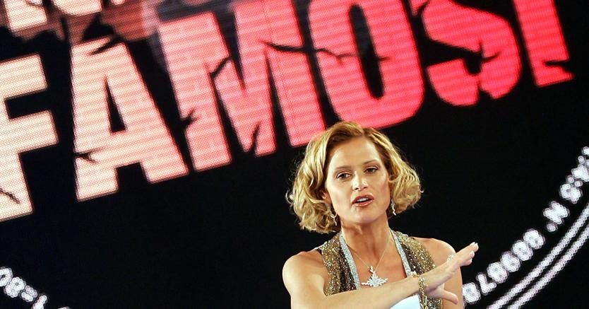 Rai-trash. Simona Ventura, conduttrice dell'«Isola dei famosi» su Raidue (Ansa)