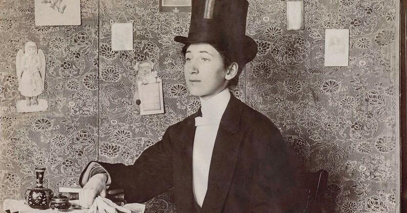 En travesti.Lifshitz ha recuperato le fotografie   nei mercatini oppure  attraverso galleristi in Francia e  America