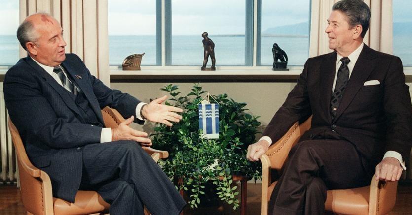 Trent'anni fa Mickhail  Gorbaciov e Ronald Reagan ritratti l'11 ottobre dell'86 all'Hofdi House