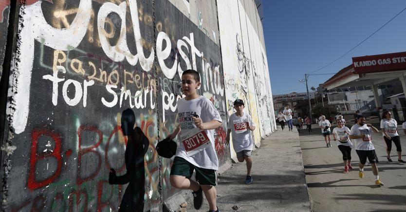 Palestine for smart people, è quello che si legge su  questo tratto del gigantesco muro che separa Betlemme, nei Territori palestinesi, da Gerusalemme