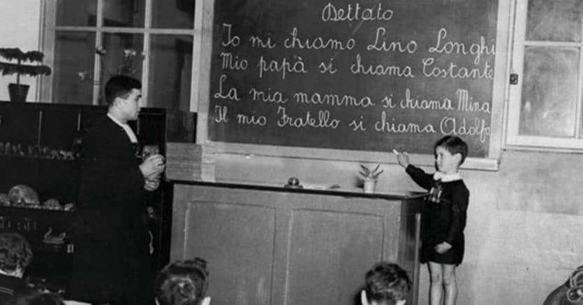 In classe.Don Lorenzo Milani (1927-1967) con i suoi studenti nel primo Dopoguerra. «Lettera a una professoressa» è firmata Scuola di Barbiana