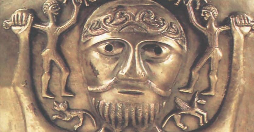 Il calderone  di gundestrup. Particolare del bassorilievo raffigurante  una divinità celtica