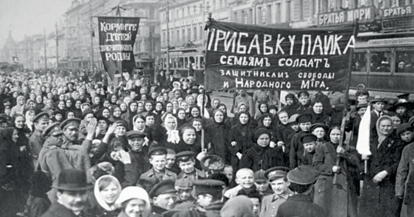 Pietrogrado.Corteo di donne l'8 marzo 1917. Sugli striscioni è scritto «Date soldi alle famiglie dei soldati» e «Difendere la libertà e la pace nel mondo»