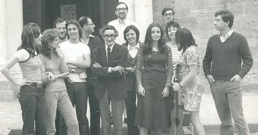 Buoni maestri. In alto  Eugenio Garin,  in basso  Giulio Preti  (al centro) a Volterra nel 1972 insieme a un gruppo di suoi studenti