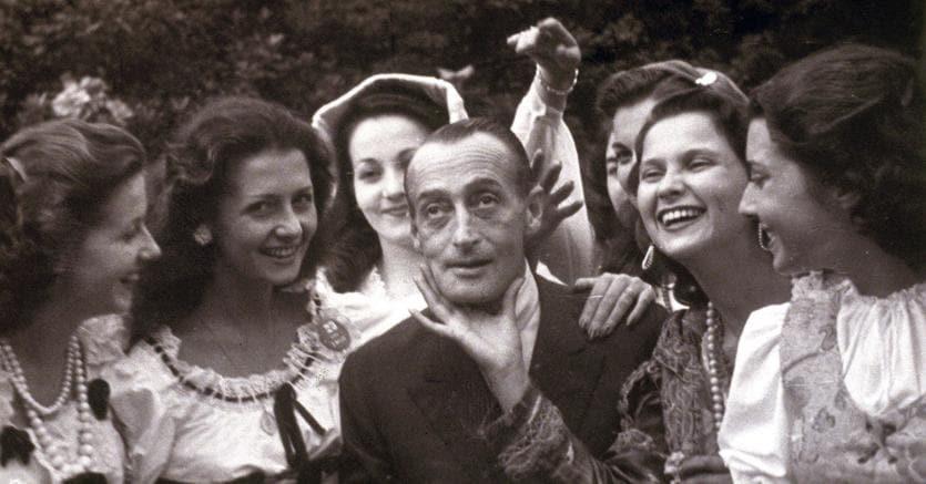 Celebrato.otò attorniato dalle partecipanti di Miss Italia del 1948. Tra le pubblicazioni  che ricordano l'attore partenopeo, la ristampa di «Totò. Avventure di una marionetta» del nostro Roberto Escobar con una nuova postfazione (il Mulino, Bologna, pagg. 152, € 14)