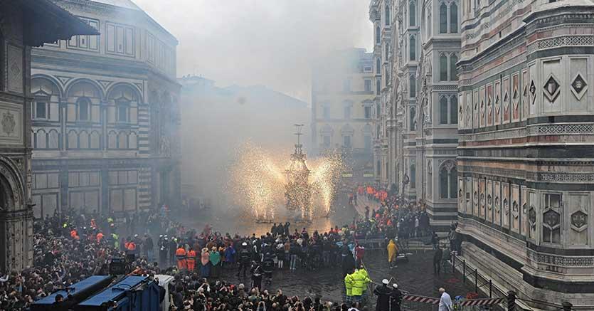 Lo scoppio del carro a Firenze (Ansa)
