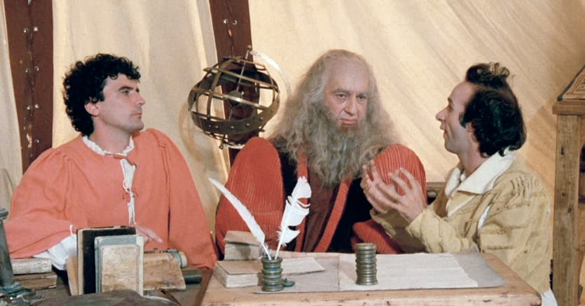 """Uno scrittoio per l'«omo sanza lettere»?.Lo scrittoio cinematografico  pieno di libri, al quale siede Leonardo da Vinci cercando (invano) di capire quanto gli dicono  i """"colleghi"""" ingegneri Massimo Troisi e Roberto Benigni in «Non ci resta che piangere» (1984), è esistito davvero"""