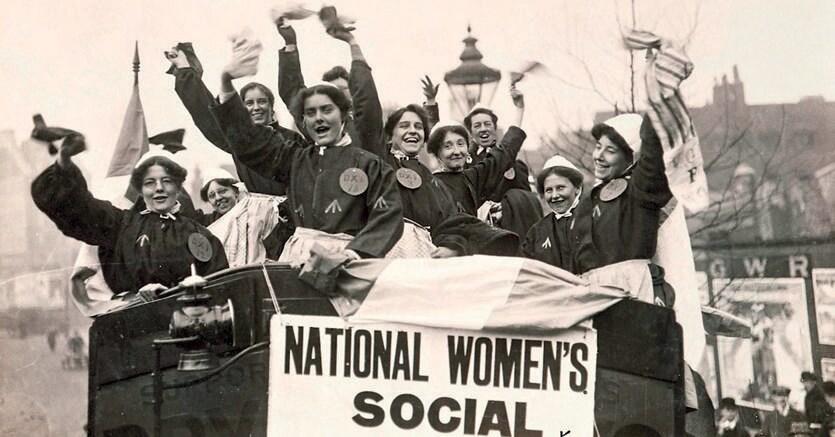 Libere ed eguali, suffragette manifestano in abiti carcerari dopo il rilascio. Fotografia di V. Davis, 1908