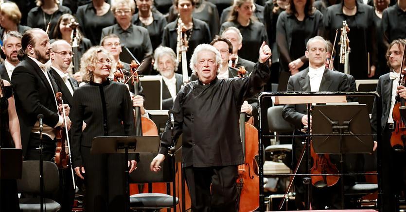 Claus Peter Floor dirige l'orchestra e il coro de Laverdi in ricordo di M. Romano Gandolfi. Foto di Paolo Dalprato