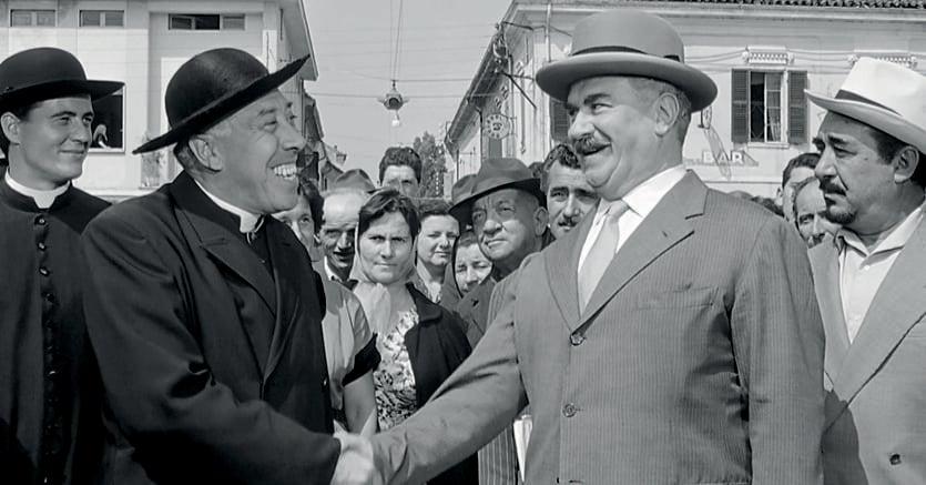 Sante risate, Fernandel e Gino Cervi interpreti del film «Don Camillo monsignore...ma non troppo», 1961, regia di Carmine Gallone