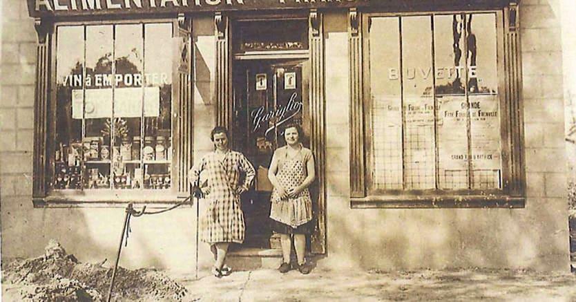 Italiani in francia. Santina e Dirce Gariglio, davanti alla loro drogheria, «Alimentation Franco-Italienne», a Lìvry-Gargan nel 1930