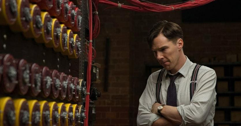 Intelligenze umana e artificiale. Una scena di «The imitation game», il film di Morten Tyldum su Alan Turing,  uno dei padri dell'informatica e uno dei più  grandi matematici del  XX secolo. «The imitation game» è stato recensito da Armando Massarenti  sulla «Domenica» del 4 gennaio 2015