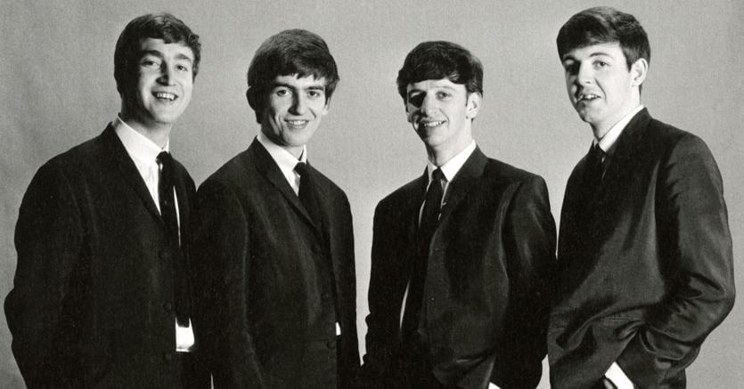 Look da baronetti. Da sinistra: John Lennon, George Harrison, Ringo Starr e Paul Mc Cartney in uno scatto di Astrid Kirchherr