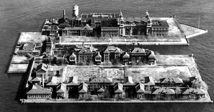 Sotto esame. Le masse di emigranti in attesa dentro la struttura di Ellis Island, in attesa di essere interrogati, inizio XX secolo