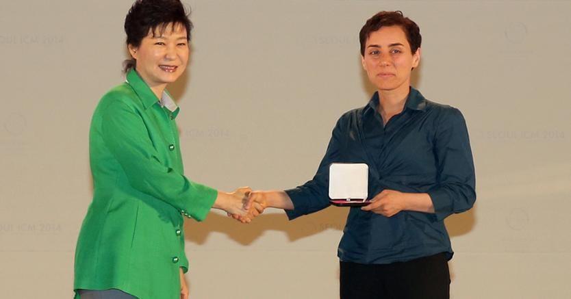 La Presidente Sudcoreana Park Geun-Hye  consegna la Fields Medal a Maryam Mirzakhani. (Afp)