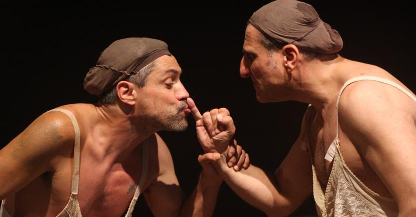 Ironia e cattiveria, da sinistra, Carmine Maringola e Salvatore d'Onofrio ne «La scortecata» di Emma Dante, produzione Teatro Biondo di Palermo