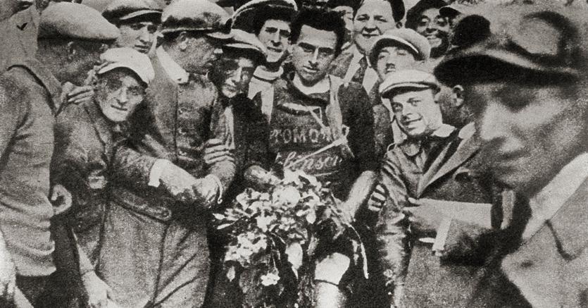 Ottavio Bottecchia (al centro nella foto con la maglia della sua squadra, l'Automoto)  è stato il primo italiano a salire sul gradino più alto del podio del Tour de France. Nel 1924 Bottecchia ha vestito la maglia gialla dalla prima all'ultima tappa