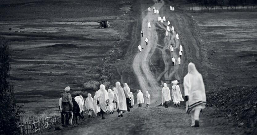 Fedeli in cammino , Monika Bulaj, «Ritorno dalla preghiera all'alba», Etiopia