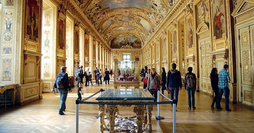 La «Galerie d'Apollon», una delle sale più antiche del grande museo parigino, decorata con affreschi e stucchi del Seicento