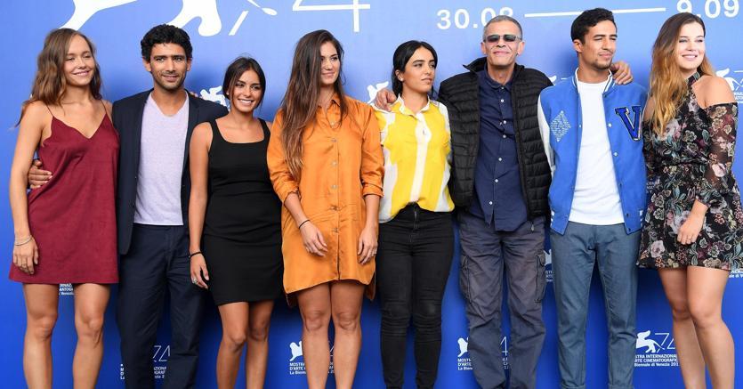 """Il cast di  ''Mektoub, my love: Canto uno'"""".Con gli occhiali  scuri il regista Abdellatif Kechiche"""