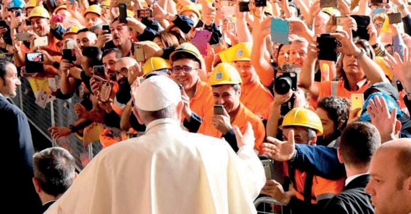 Partecipe. Papa Francesco in visita a un  grande complesso industriale. Il pontefice ama dialogare con imprenditori e operai